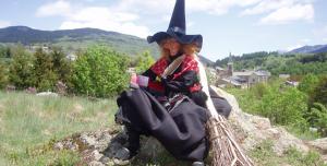 sorcière juliette assise dans un paysage